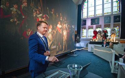 Burgemeester Johannes Kramer opent Nachtwacht 360-project in Nes